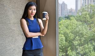 Beautiful Chinese Businesswoman drinking coffeeの写真素材 [FYI03658289]