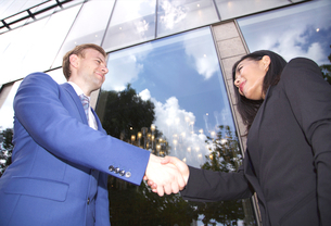 Multi ethnic business couple shaking handsの写真素材 [FYI03658291]