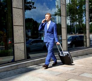 Caucasian businessman travelling making phone callの写真素材 [FYI03658293]