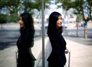 Chinese businesswoman waiting for taxiの写真素材 [FYI03658295]