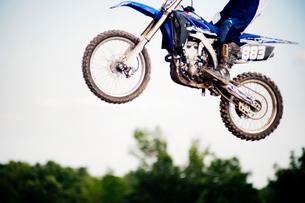 Wheels of motorcycle in airの写真素材 [FYI03659054]
