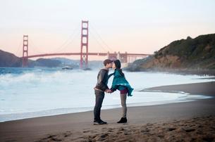 Couple kissing in front of Golden Gate Bridgeの写真素材 [FYI03659742]