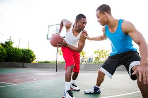 Two men playing basketballの写真素材 [FYI03659998]