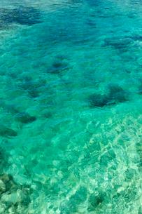透明感あふれる宮古島の青い海の写真素材 [FYI03660345]