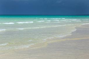 透明感あふれる宮古島の海岸 波打ち際の写真素材 [FYI03660401]