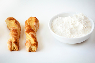 Baked snack and flour in bowlの写真素材 [FYI03661550]