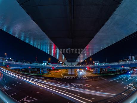 夜の上天神町交差点の様子の写真素材 [FYI03661921]