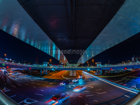 夜の上天神町交差点の様子の写真素材 [FYI03661926]