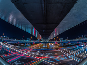 夜の上天神町交差点の様子の写真素材 [FYI03661945]