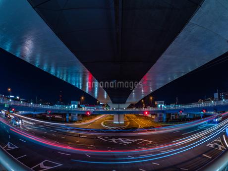 夜の上天神町交差点の様子の写真素材 [FYI03661947]