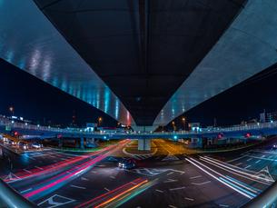 夜の上天神町交差点の様子の写真素材 [FYI03661968]