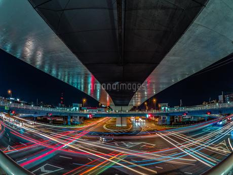 夜の上天神町交差点の様子の写真素材 [FYI03661974]