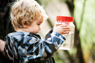 Side view of boy holding jar with crayfishの写真素材 [FYI03662704]