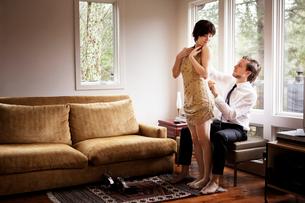 Man zipping up woman's dressの写真素材 [FYI03662842]