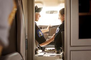 Emergency medical technicians in ambulanceの写真素材 [FYI03663611]