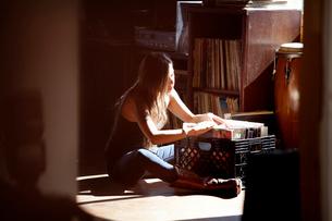 Woman going through vinyl collectionの写真素材 [FYI03663829]