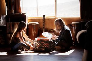 Couple going through vinyl collectionの写真素材 [FYI03663831]