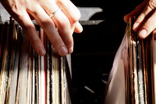 Woman going through vinyl collectionの写真素材 [FYI03663833]