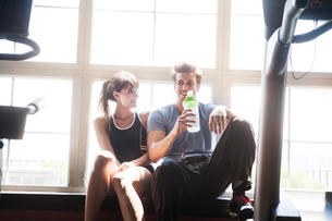Young couple resting at gymの写真素材 [FYI03664119]