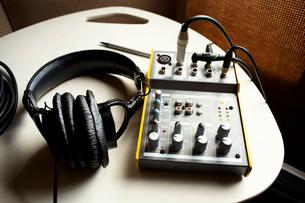 Headphones and four track mixerの写真素材 [FYI03665237]