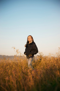 Girl (10-11) standing in wheat fieldの写真素材 [FYI03665729]