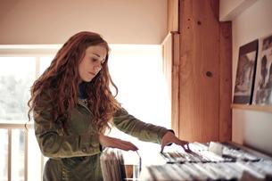 Woman looking through vinyl recordsの写真素材 [FYI03665796]