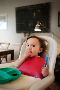 Baby girl (12-17 months) eating snackの写真素材 [FYI03665870]