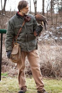Man holding falconの写真素材 [FYI03666726]