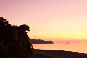 世界遺産熊野古道 七里御浜に獅子巌と朝焼け空の写真素材 [FYI03666842]