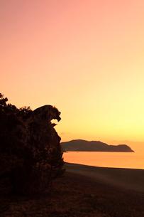 世界遺産熊野古道 七里御浜に獅子巌と朝焼け空の写真素材 [FYI03666847]