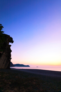 世界遺産熊野古道 夜明けの七里御浜と獅子巌の写真素材 [FYI03666877]