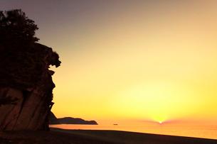 世界遺産熊野古道 七里御浜に獅子巌と朝日の写真素材 [FYI03666884]