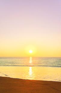 浜辺に寄せる波と朝日の写真素材 [FYI03666900]