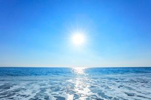 浜辺に寄せる波と朝日の写真素材 [FYI03666944]
