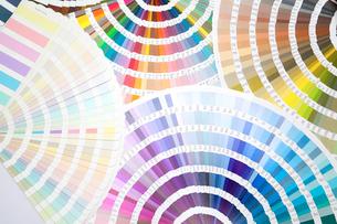 扇状に広げた沢山のカラーチャート。彩り、カラフル、デザイン、コーディネイト、イメージの写真素材 [FYI03666979]