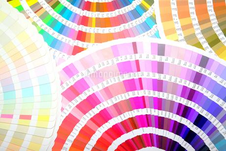 扇状に広げた沢山のカラーチャート。彩り、カラフル、デザイン、コーディネイト、イメージの写真素材 [FYI03667002]