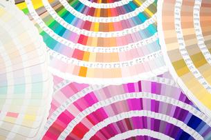 扇状に広げた沢山のカラーチャート。彩り、カラフル、デザイン、コーディネイト、イメージの写真素材 [FYI03667003]