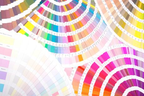 扇状に広げた沢山のカラーチャート。彩り、カラフル、デザイン、コーディネイト、イメージの写真素材 [FYI03667005]