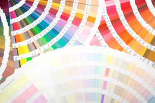 扇状に広げた沢山のカラーチャート。彩り、カラフル、デザイン、コーディネイト、イメージの写真素材 [FYI03667012]