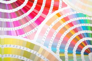 扇状に広げた沢山のカラーチャート。彩り、カラフル、デザイン、コーディネイト、イメージの写真素材 [FYI03667034]