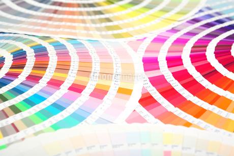 扇状に広げた沢山のカラーチャート。彩り、カラフル、デザイン、コーディネイト、イメージの写真素材 [FYI03667035]