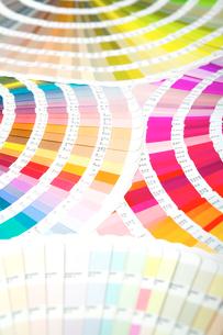 扇状に広げた沢山のカラーチャート。彩り、カラフル、デザイン、コーディネイト、イメージの写真素材 [FYI03667037]