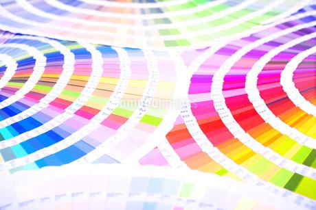 扇状に広げた沢山のカラーチャート。彩り、カラフル、デザイン、コーディネイト、イメージの写真素材 [FYI03667041]