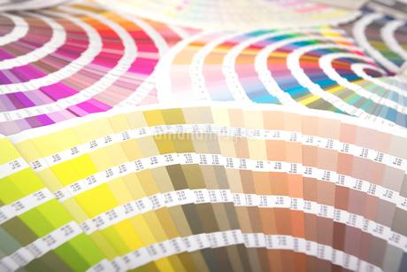 扇状に広げた沢山のカラーチャート。彩り、カラフル、デザイン、コーディネイト、イメージの写真素材 [FYI03667045]