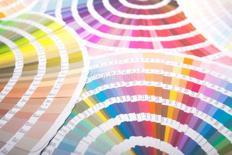 扇状に広げた沢山のカラーチャート。彩り、カラフル、デザイン、コーディネイト、イメージの写真素材 [FYI03667058]