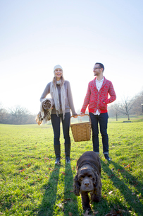 Young couple on picnic with dogの写真素材 [FYI03667065]
