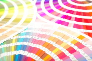 扇状に広げた沢山のカラーチャート。彩り、カラフル、デザイン、コーディネイト、イメージの写真素材 [FYI03667076]