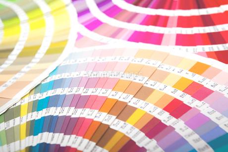 扇状に広げた沢山のカラーチャート。彩り、カラフル、デザイン、コーディネイト、イメージの写真素材 [FYI03667077]