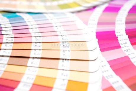 扇状に広げた沢山のカラーチャート。彩り、カラフル、デザイン、コーディネイト、イメージの写真素材 [FYI03667078]