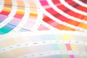 扇状に広げた沢山のカラーチャート。彩り、カラフル、デザイン、コーディネイト、イメージの写真素材 [FYI03667080]